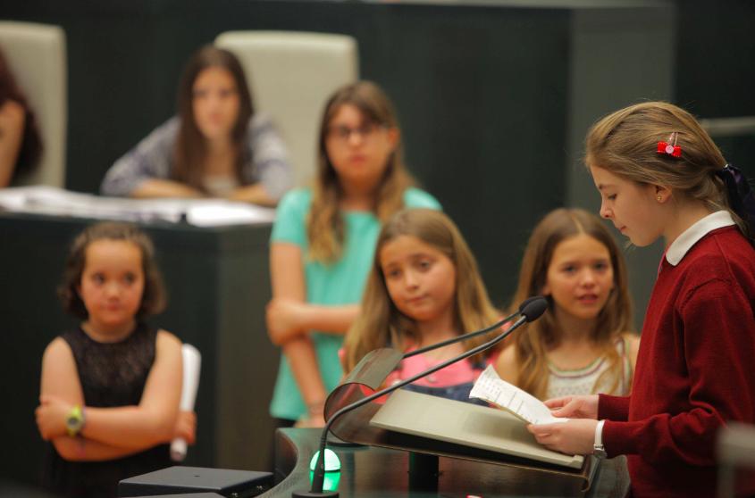 Niña hablando ante el Pleno con la presencia de Carmena. (Foto: Madrid)
