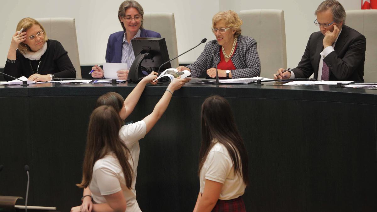 Escolares de diferentes colegios de Madrid con la alcaldesa y representantes de PP y PSOE. (Foto: Madrid)