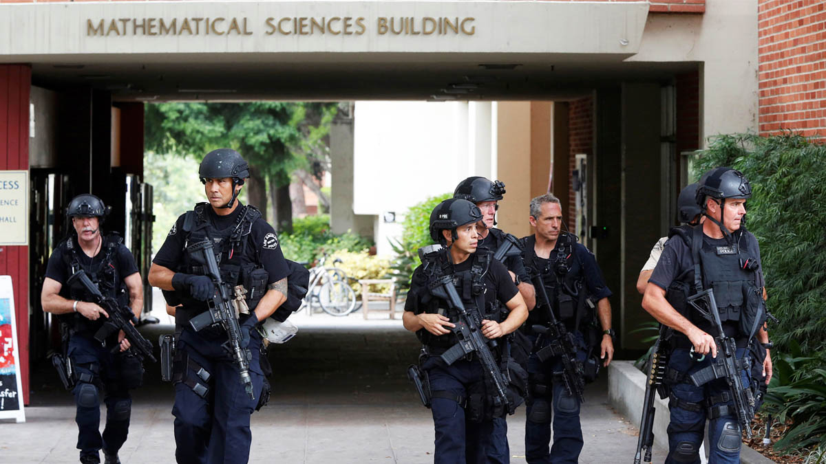 La policía recore las dependencias de la universidad de UCLA (Foto: Reuters)