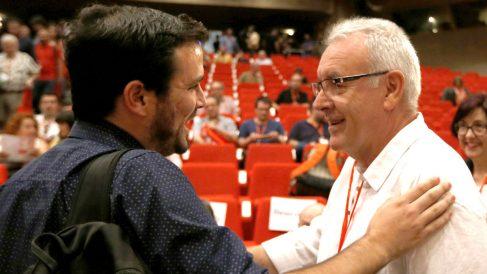 Alberto Garzón y Cayo Lara se saludan en la Asamblea Federal de IU (Foto: Efe).