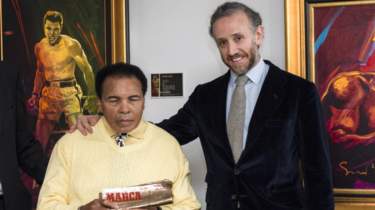 Eduardo Inda entrega el Marca Leyenda a Muhammad Ali. (Foto: Marca)