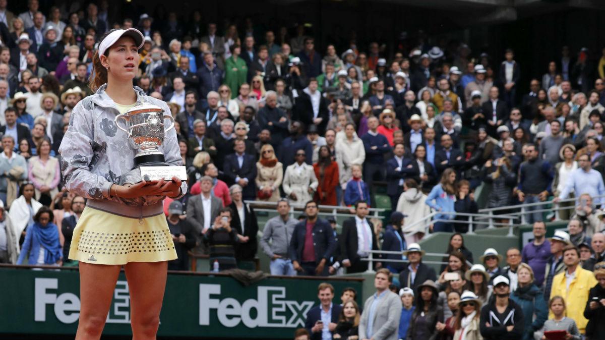 Garbiñe Muguruza escucha emocionada el himno español tras ganar Roland Garros. (Reuters)