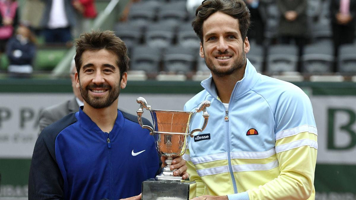 Marc y Feliciano López, con el título de Roland Garros de dobles. (AFP)