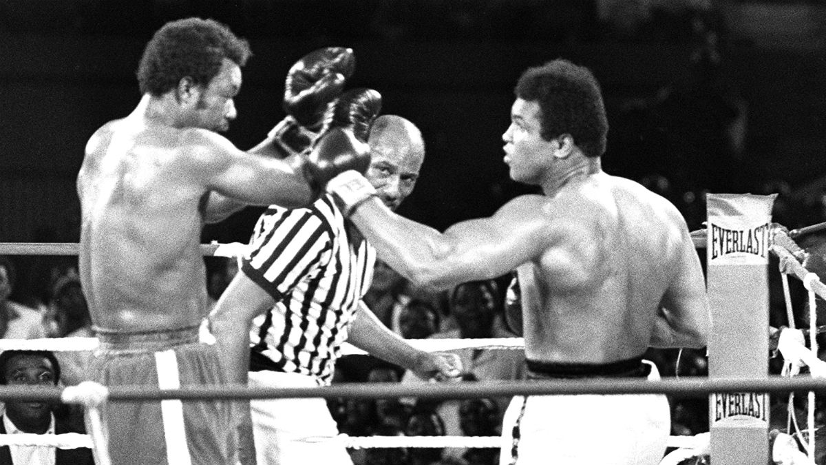 Ali golpea a Foreman en el combate de Kinshasa. (AFP)