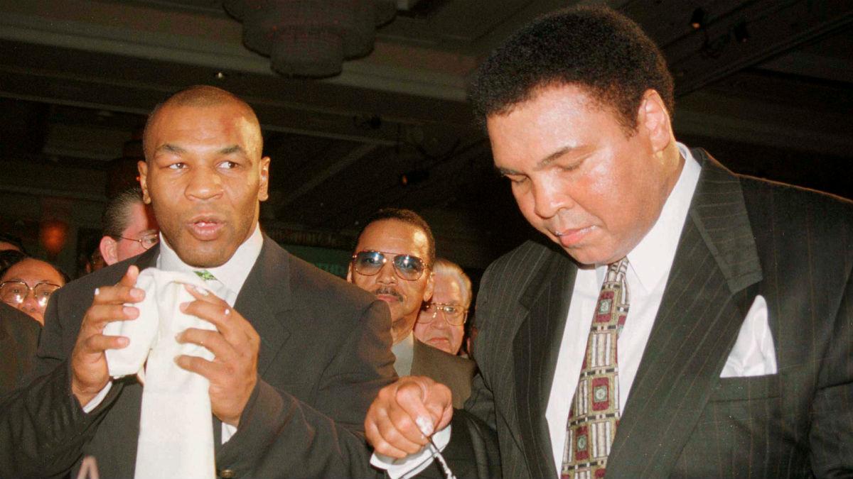 Muhammad Ali, junto a Mike Tyson. (Reuters)