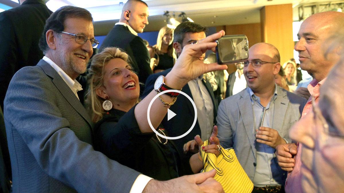 Rajoy se hace un selfie con una simpatizante del PP a su llegada al acto (Foto: Efe).