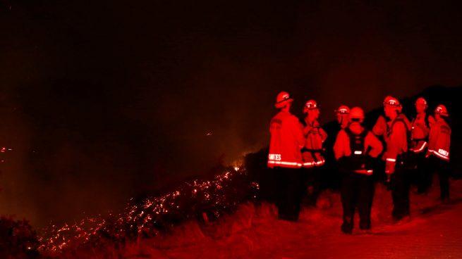 Evacúan a 5.000 personas por un gran incendio en Los Angeles
