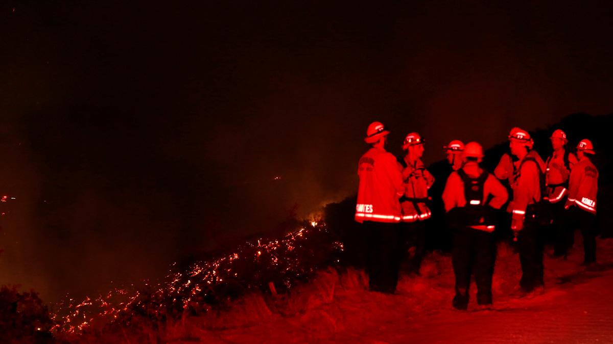 Los bomberos trabajan en la extinción del incendio en Los Angeles (Foto: Reuters)