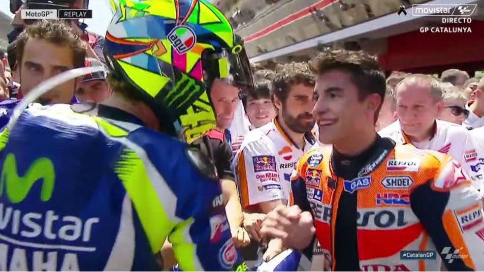 Rossi estrecha su mano con Marc Márquez.