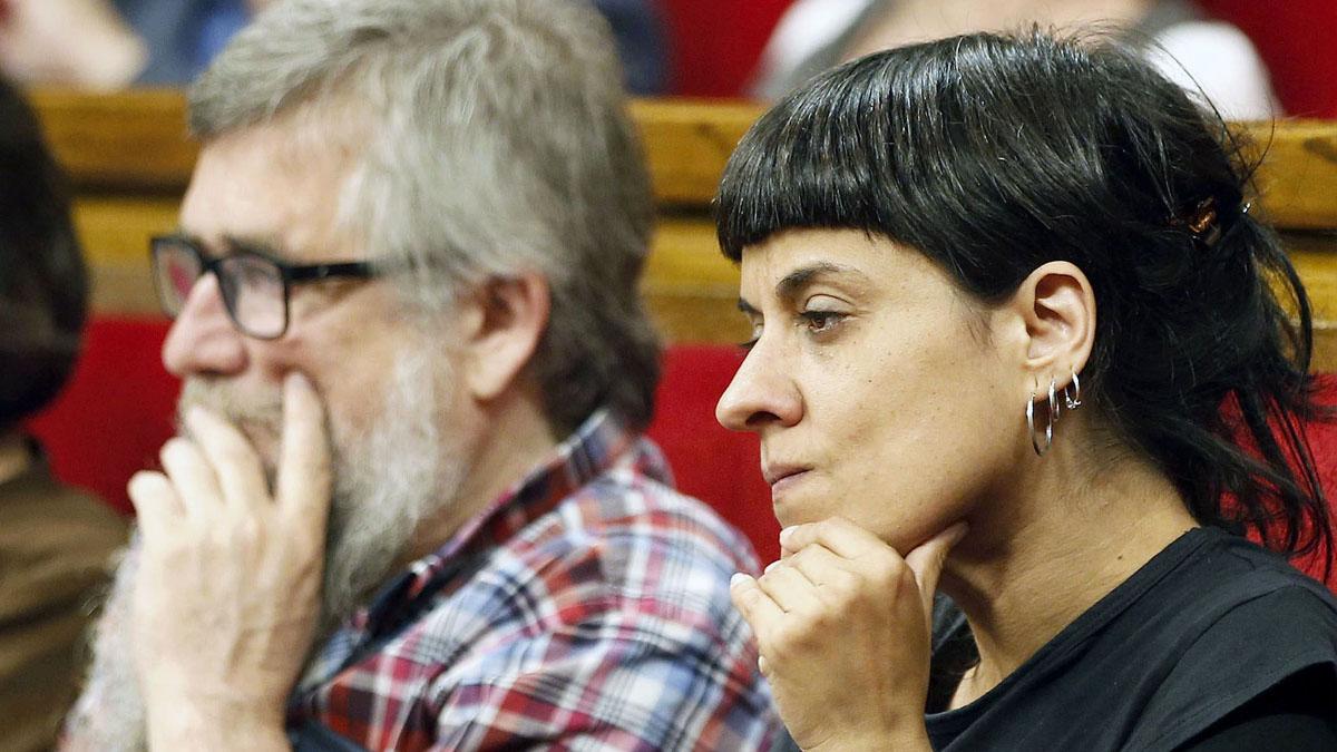 Joan Garriga y Anna Gabriel, diputados de la CUP. (Foto: EFE)
