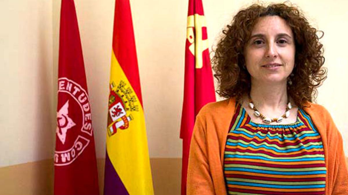 Arantzazu Gracia posa junto a la bandera de la hoz y el martillo en una entrevista para la publicación 'Mundo Obrero'.