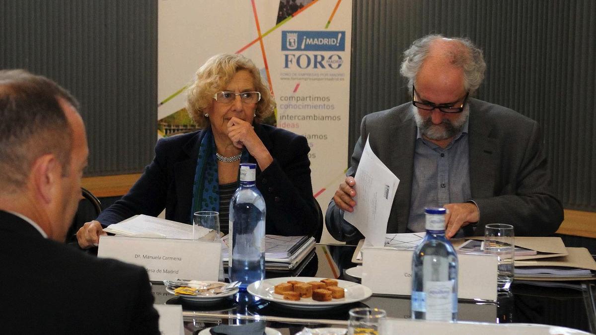 La exjueza Carmena junto a su sobrino político Luis Cueto, coordinador general de Alcaldía. (Foto: Madrid)