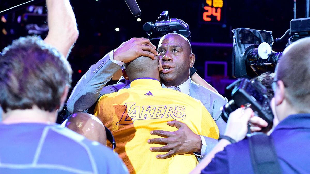 Magic Johnson despide a Kobe Bryant esta temporada. (Getty)