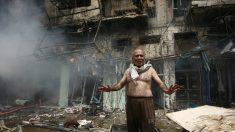 Un irakí delante de uno de los edificios totalmente calcinados por uno de los coches bombas que este jueves han explotado en Bagdad. (Foto: AFP)