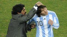 Maradona hace un gesto cómplice a Messi en el Mundial de 2006. (AFP)