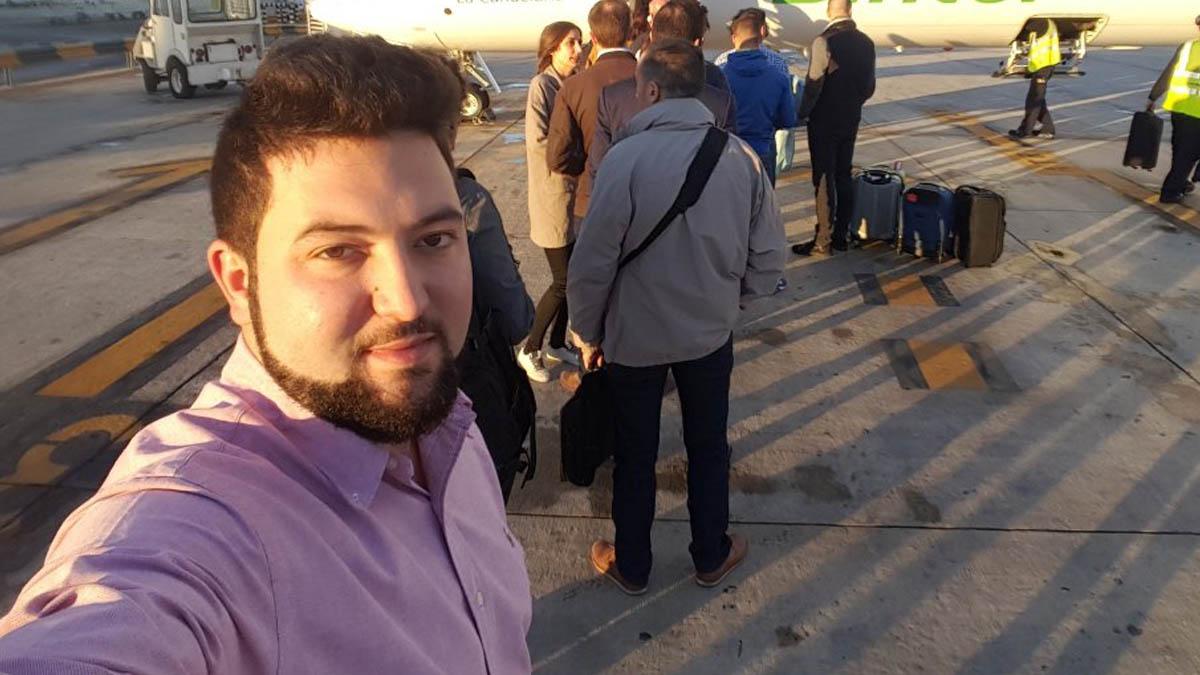El presunto pederasta en un aeropuerto.