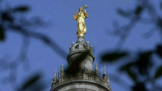 Munson sirvió como modelo para a realizar la escultura ubicada en la cúpula de la alcaldía de Nueva York.