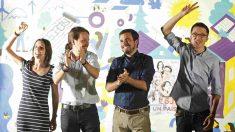 Irene Montero, Pablo Iglesias, Alberto Garzón e Íñigo Errejón en la pegada de carteles. (EFE)