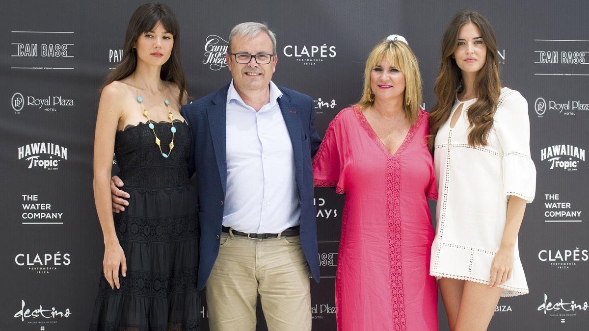 El presidente del Consell insular de Ibiza Vicent Torres, y la vicepresidenta Marta Díaz, junto a las modelos Clara Alonso (d) y Sheila Márquez. (Foto: EFE)
