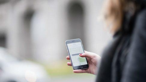 Mujer usando Uber con su móvil (Foto: UBER).