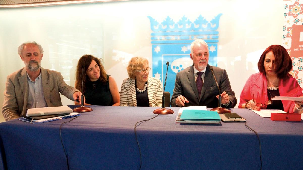 Este viernes antes de su viaje a Bolivia, Manuela Carmena junto a Luis Cueto y Celia Mayer. (Foto: Madrid)