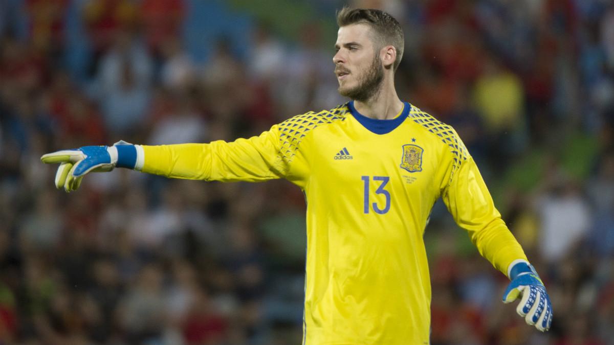 David De Gea da instrucciones en un partido con la selección española. (AFP)