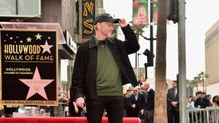 El director Ron Howard posa ante la prensa después de inaugurar su estrella en el Paseo de la Fama de Hollywood. (Foto: Getty)