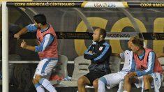 Luis Suárez golpea el banquillo en el partido ante Venezuela. (AFP)