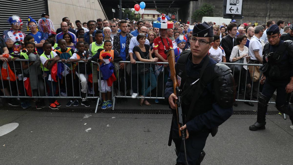 La gendarmería de París custodia el estadio de Saint Denis. (AFP)