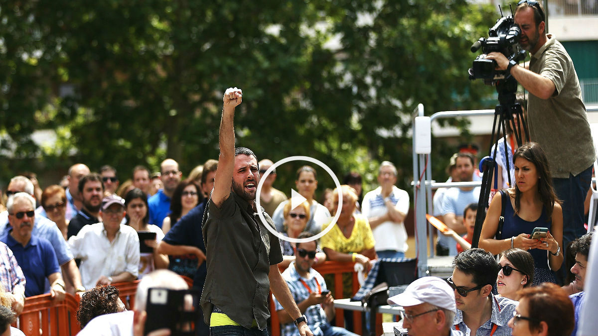 El independentista de la CUP intentando boicotear el mitin de Rivera (Foto: Efe).