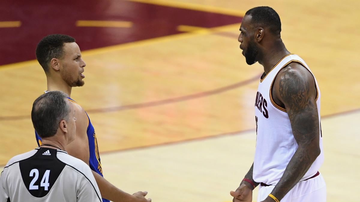 LeBron tuvo una agria discusión con Stephen Curry. (Getty)
