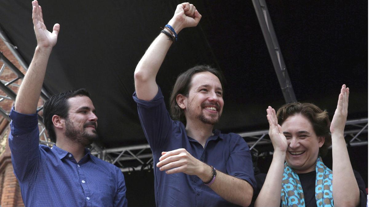 El candidato de Unidos Podemos a la Presidencia, Pablo Iglesias (c), junto al líder de IU, Alberto Garzón (i), y la alcaldesa de Barcelona, Ada Colau. (Foto: EFE)