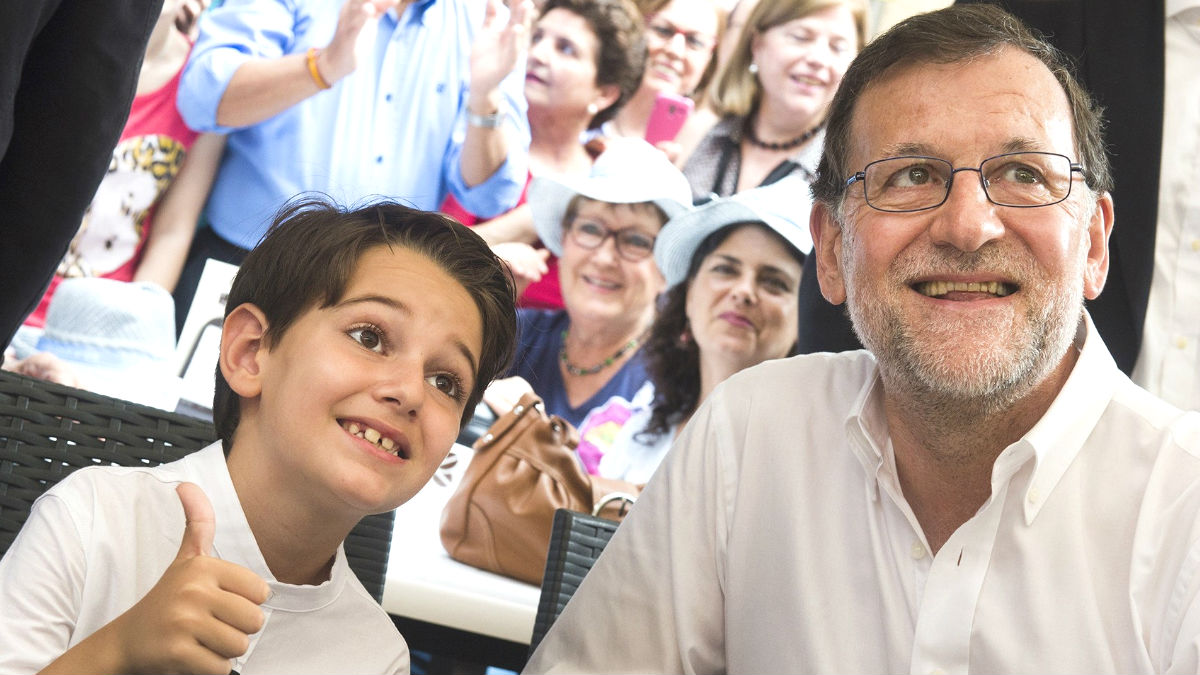 El presidente del Gobierno en funciones, Mariano Rajoy, con su «miniyo» Pablo Gomariz.