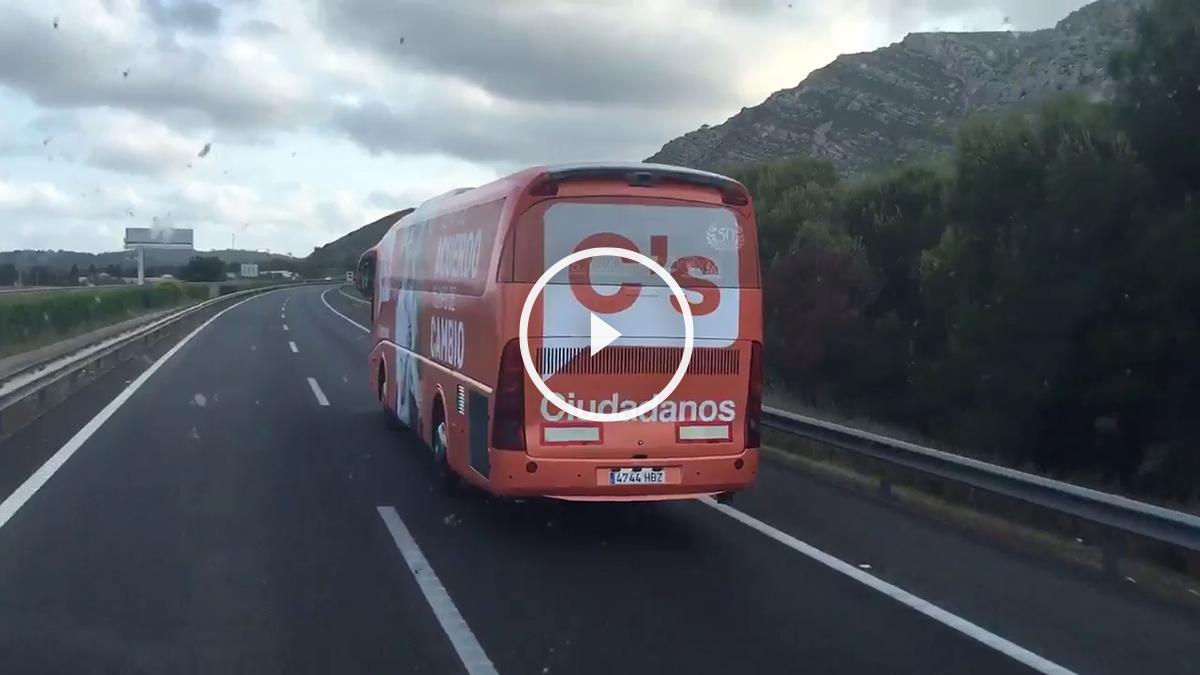 Momento del adelantamiento del autobús de Unidos Podemos al de Ciudadanos.