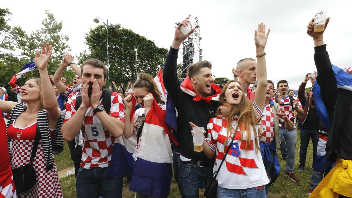 Los aficionados croatas celebran la victoria ante Turquía con cervezas. (AFP)