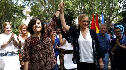 Soraya Saenz de Santamaría y Cristina Cifuentes. (Foto: EFE)