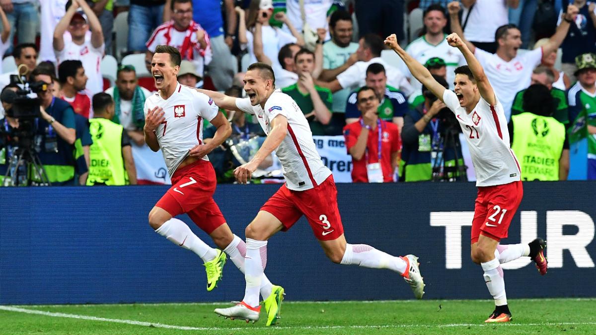 Los jugadores de Polonia celebran el gol de Milik. (AFP)