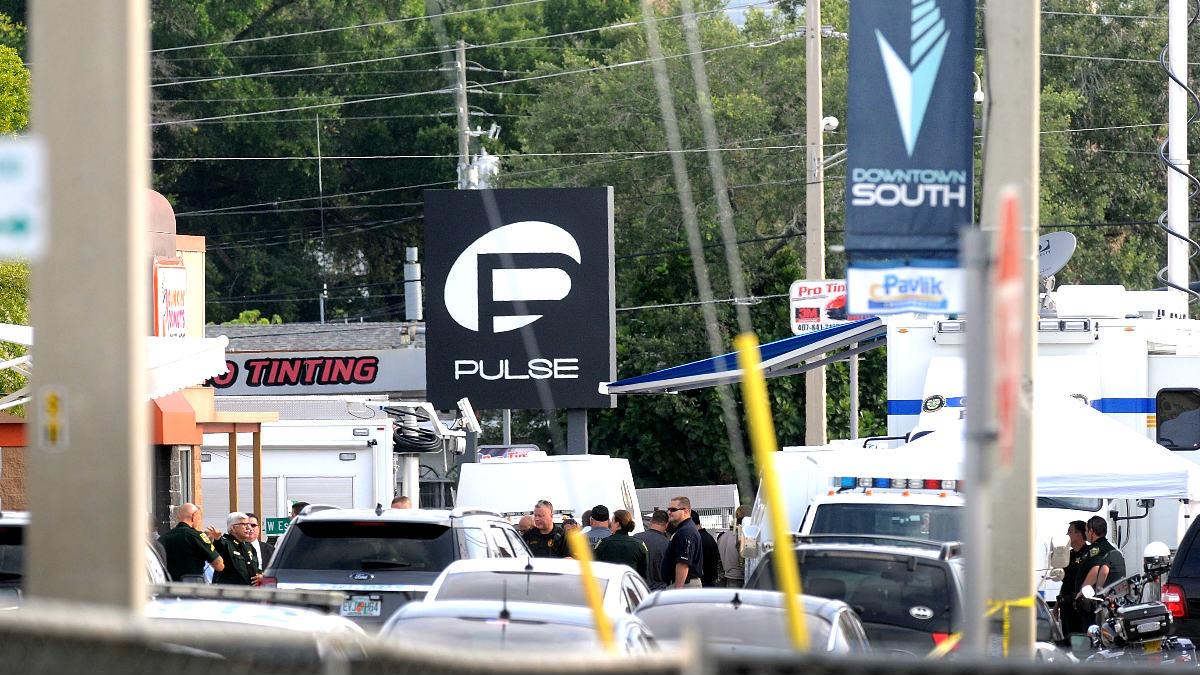 Policías a la entrada del Club Pulse de Orlando (Foto: AFP).