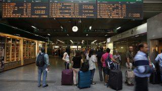 Viajeros miran los horarios en la estación madrileña de Atocha. (Foto: EFE)