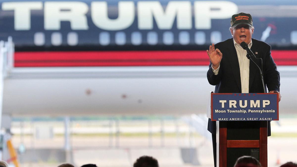 Donald Trump en un reciente discurso frente a su avión de campaña (Foto: Reuters)