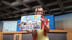 Esperanza Aguirre, líder del oposición en Madrid, con el cómic sobre el Ayuntamiento de Ahora Madrid. (Foto: OKDIARIO)
