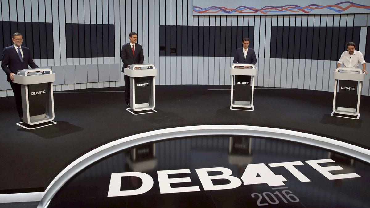 Los cuatro candidatos en el estudio donde se desarrolló el debate. (Foto:EFE)