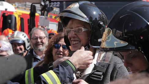 Manuela Carmena con un casco de Bomberos Madrid. (Foto: Madrid)