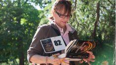 Una de las participantes en la yincana estudia 'El Crucigrama de Jacob' en busca de una pista que le ayude a conseguir el premio.