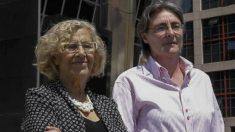 La alcaldesa de Madrid, Manuela Carmena, junto a la Alcaldesa en funciones, Marta Higueras .