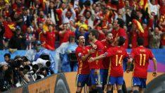 Los jugadores de la selección celebran el gol de Piqué. (Reuters)