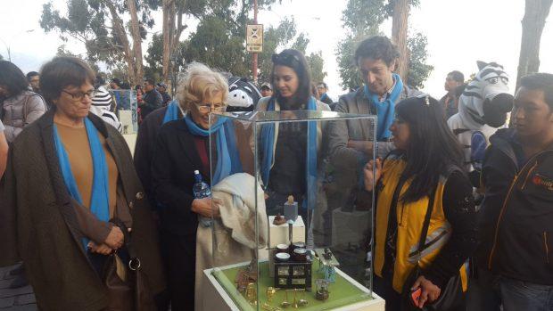 Recibimiento de Carmena, Maestre y el asesor de Ahora Madrid en Bolivia. (Foto: TW)