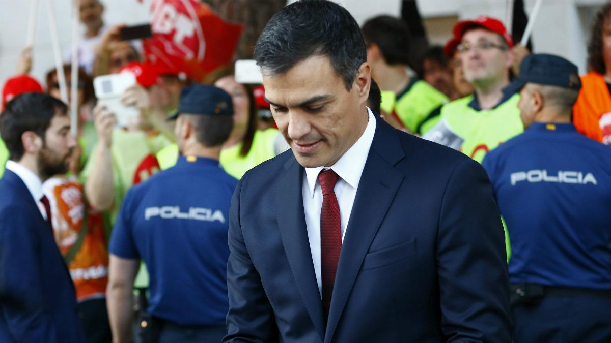 Pedro Sánchez, repasando sus notas antes del debate. (EFE)