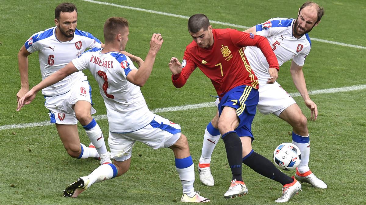 Morata, rodeado de defensores de la República Checa. (AFP)