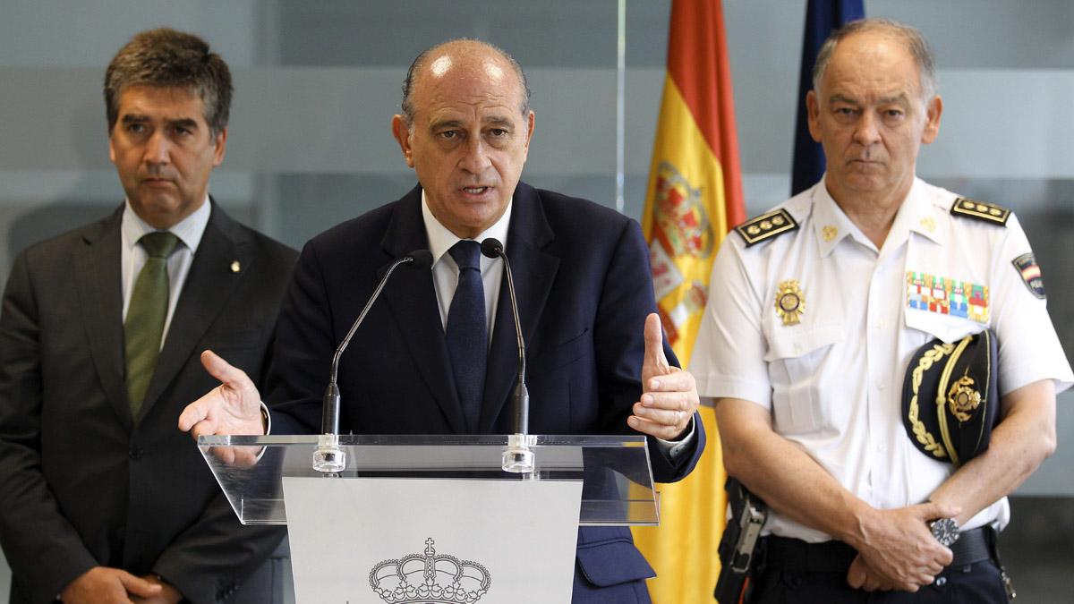 El director adjunto operativo de la Policía Nacional, Eugenio Pino, a la derecha junto al ministro del Interior, Jorge Fernández Díaz y el director general de la Policía, Ignacio Cosido. (Foto: EFE)